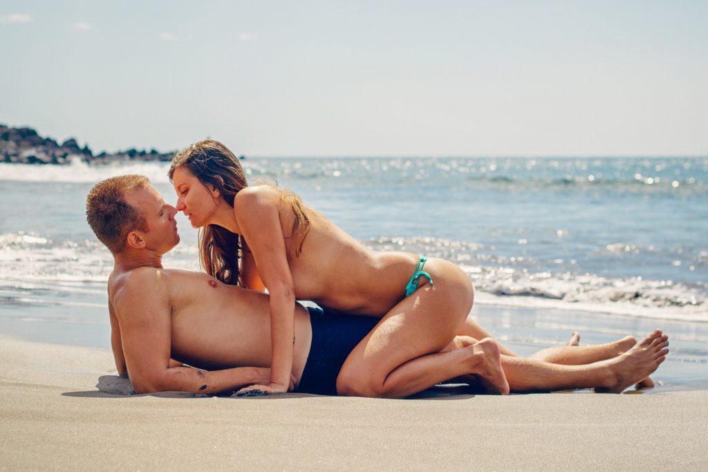 sexe-couple-mature-40-et-plus-plage