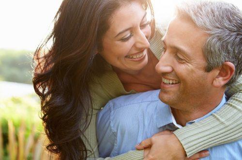 couple-heureux-secret-des-meilleures-relations-40-et-plus-outdoors
