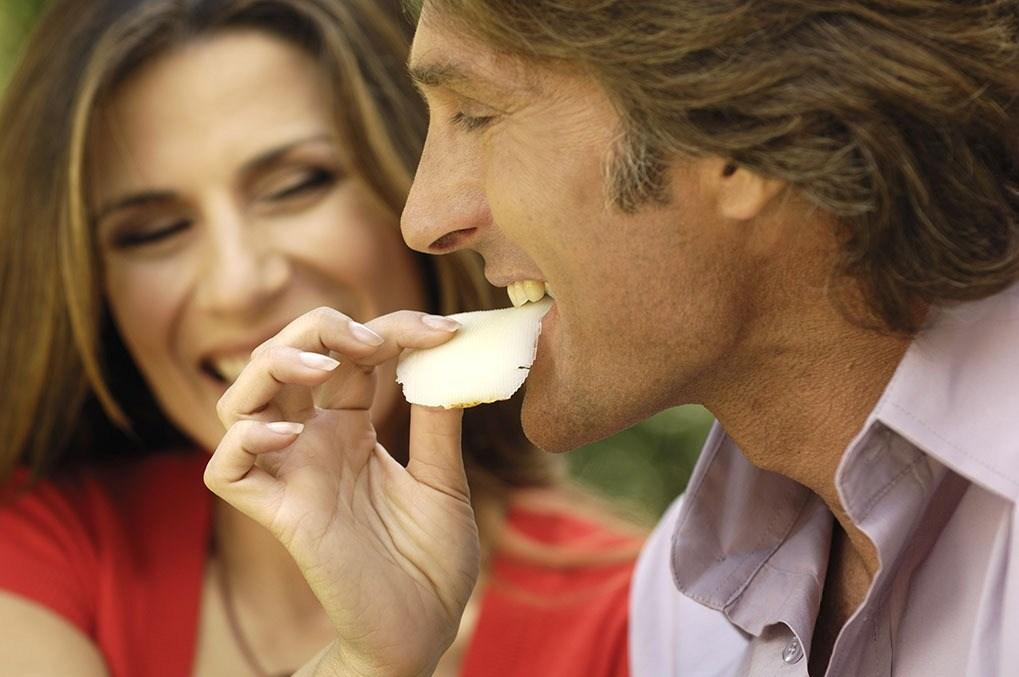 40-aliments-malsains-apres-40-ans-et-plus-santé-alimentation-couple-chips