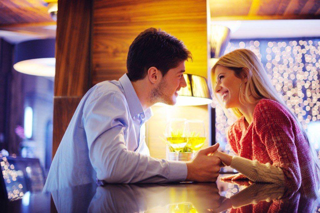 langage-corporel-traduction-40-et-plus-couple-bar