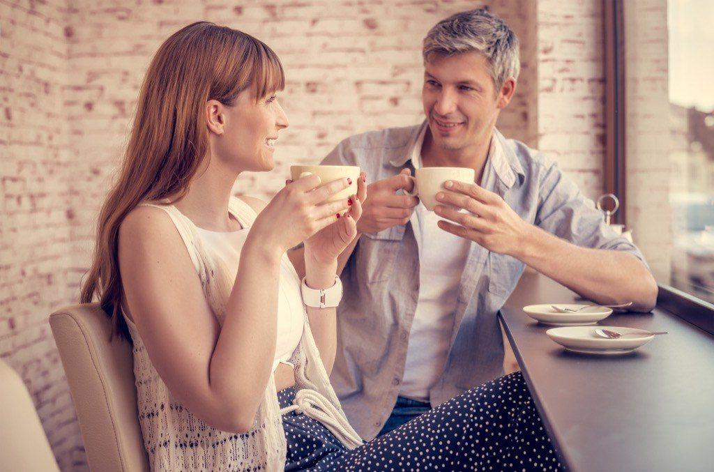 langage-corporel-traduction-40-et-plus-couple-café
