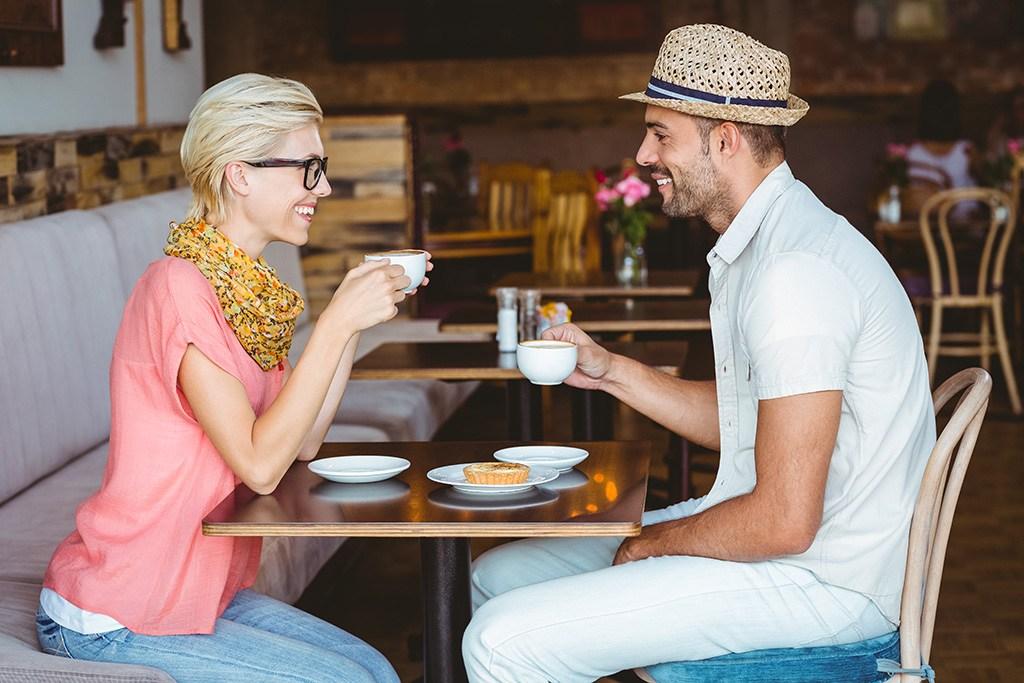 20-questions-a-ne-pas-poser-a-un-premier-rendez-vous-40-et-plus-couple-a-table-cafe