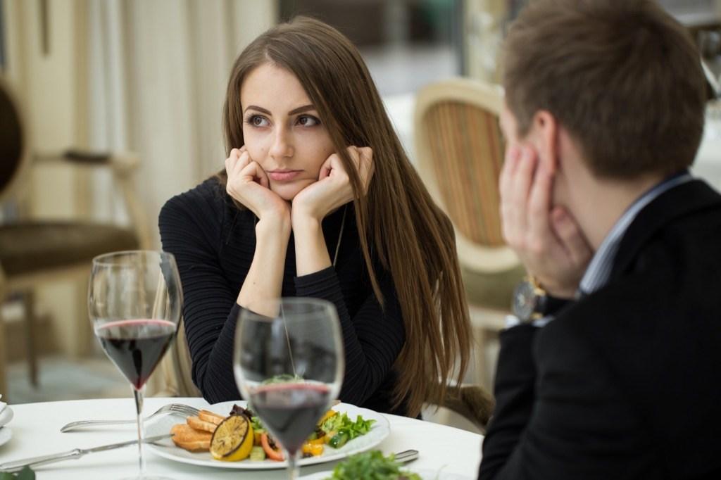 20-questions-a-ne-pas-poser-a-un-premier-rendez-vous-40-et-plus-couple-a-table