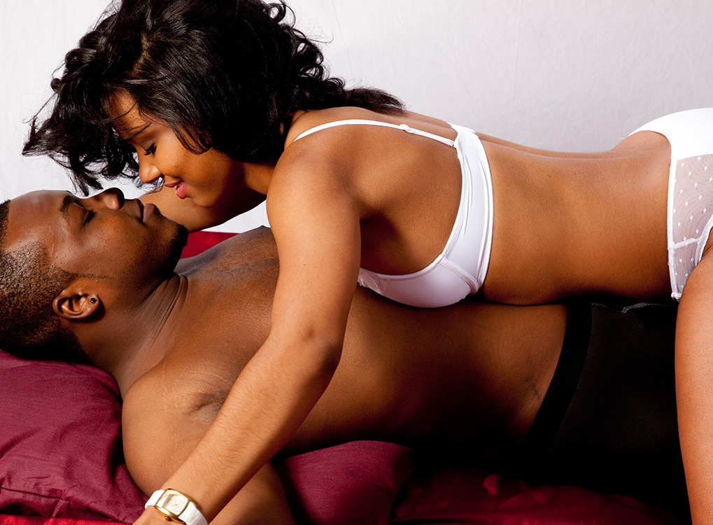 40-idees-jeux-de-role-erotiques-40-et-plus-couple-lit-afro